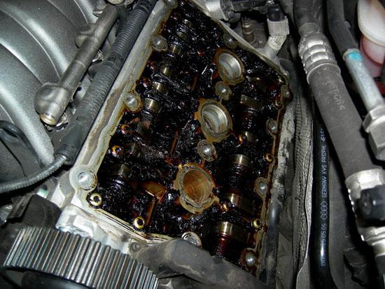 попадает масло в двигатель причины